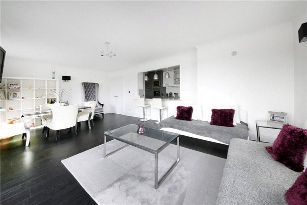 Property to rent in E14 8JH - CWL200479 - Canary Wharf Lettings - Picture No. 02